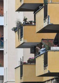 «Un applauso per l'Italia» (applaudissement pour l'Italie):dans le quartier de Garbatella à Rome, des habitants confinés pour lutter contre la propagation du Covid-19 participent à un «flash mob» depuis leur balcon, le 14 mars 2020. Andreas Solaro / AFP